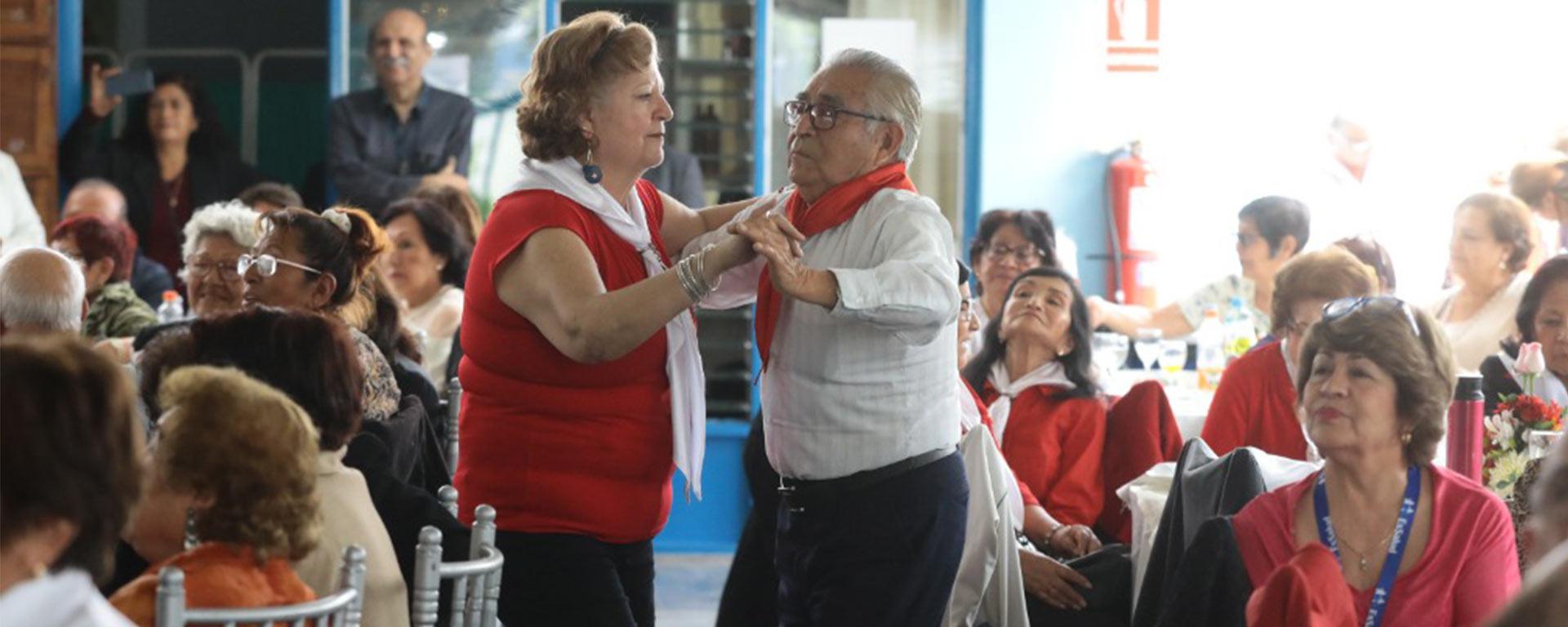 Essalud - Con guitarra y cajón adultos mayores de EsSalud celebran Día de la Canción Criolla