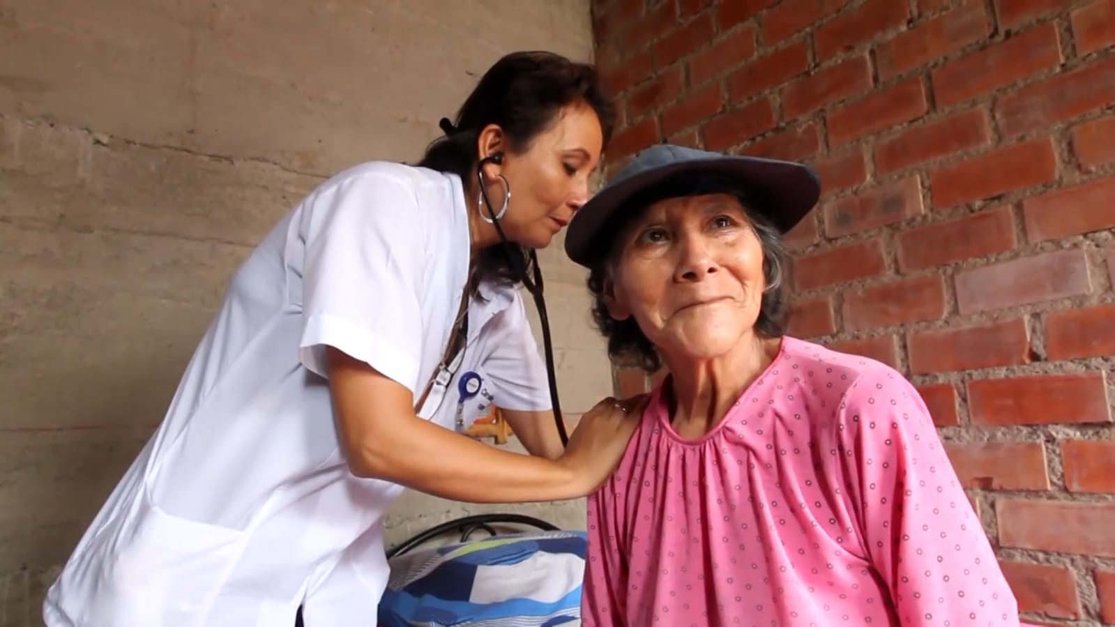 Essalud - Más de 50 mil adultos mayores reciben atención médica domiciliaria que brinda Padomi EsSalud