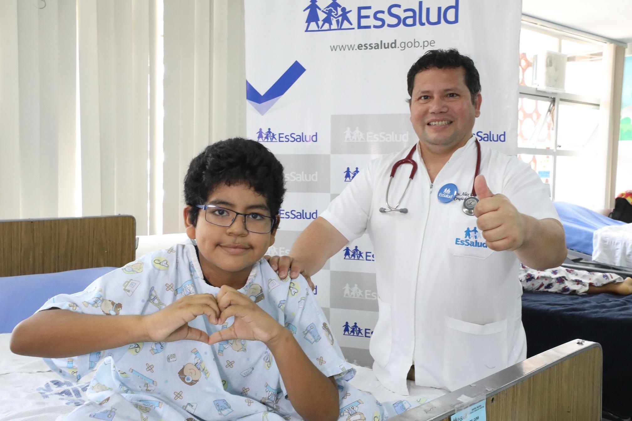 Essalud - Médicos de EsSalud realizan compleja cirugía a corazón abierto para extraer tumor y salvar vida de niño
