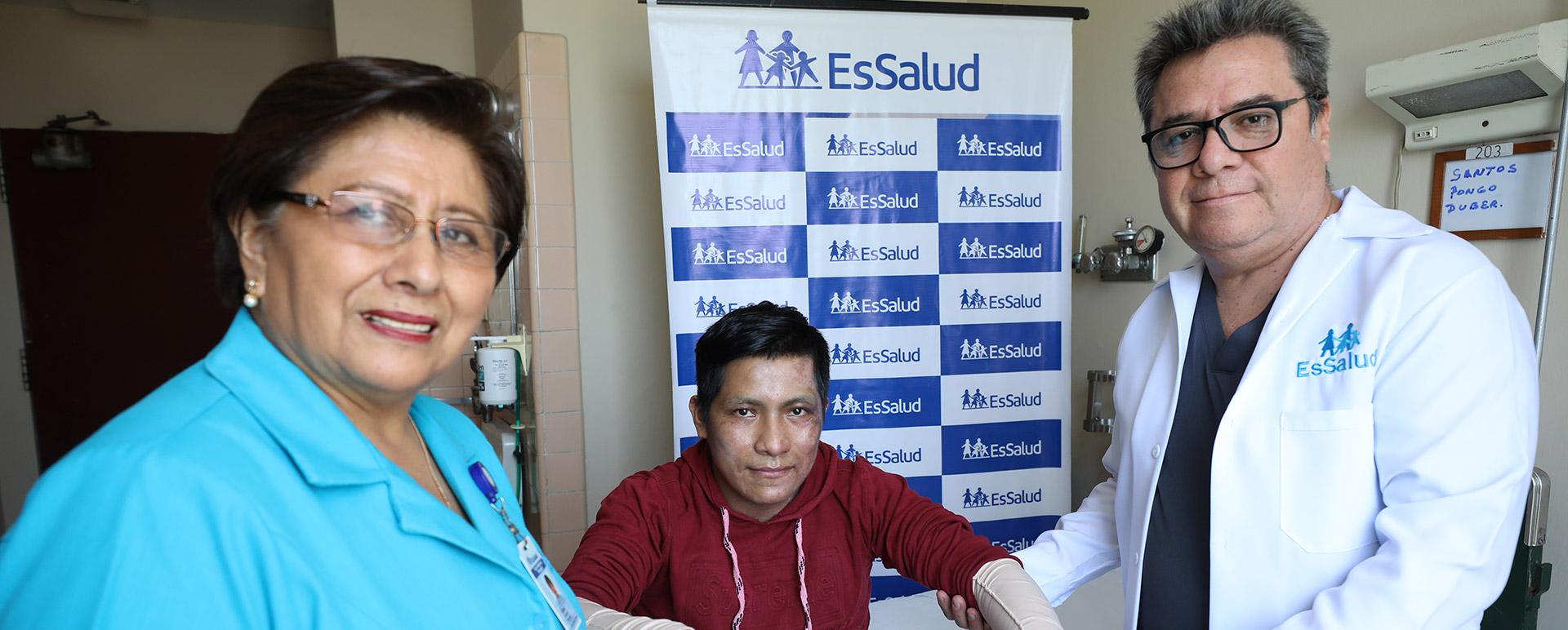 Essalud - Con tratamiento especializado EsSalud recupera y da de alta a joven afectado en incendio de VES