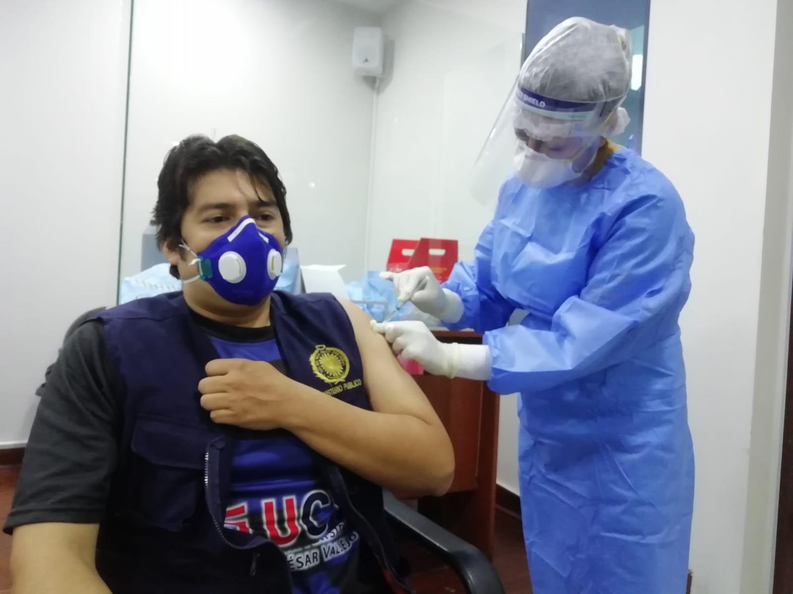 Essalud - EsSalud La Libertad vacunó a un centenar de trabajadores del Ministerio Público de esa región