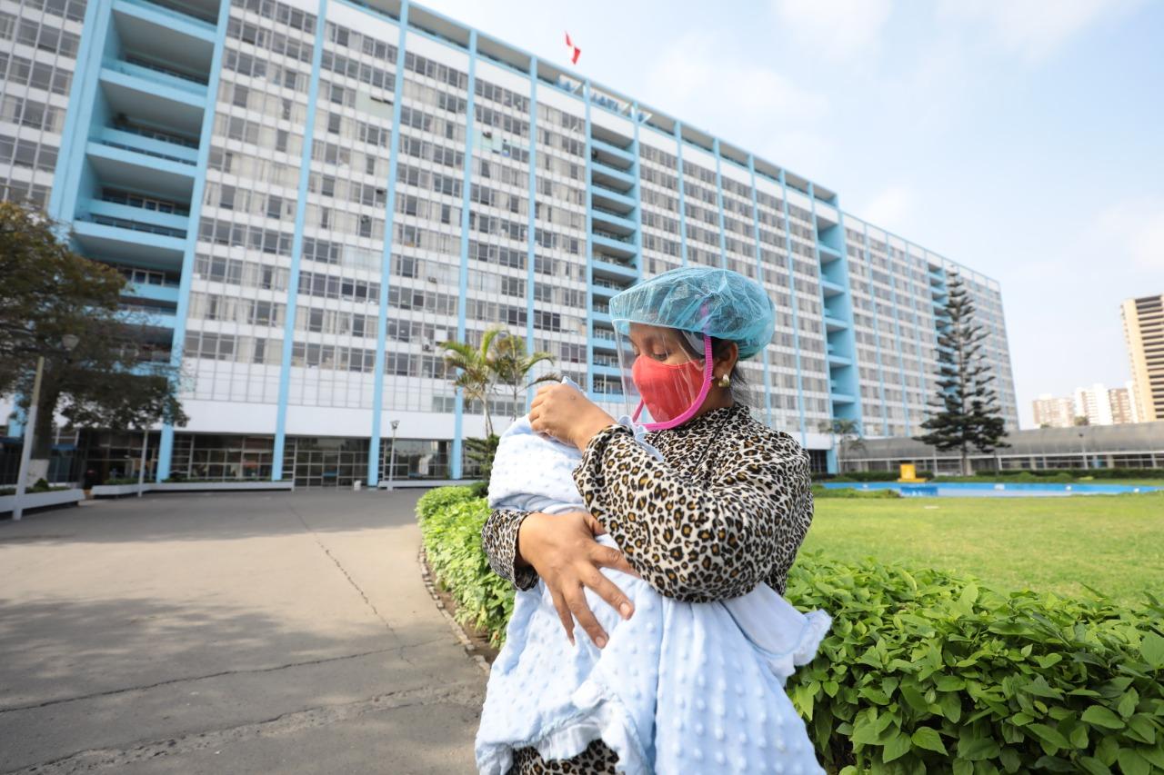 EsSalud Rebagliati da de alta a bebé de mamá que se recuperó del COVID-19