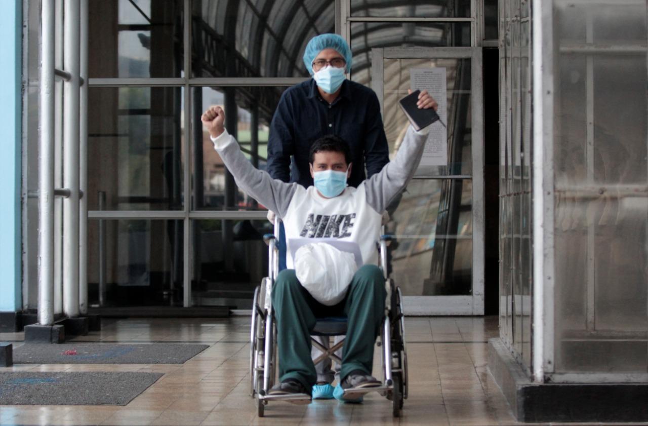 Essalud - Dan de alta a primer paciente de Villa EsSalud Chimbote tras superar al Covid-19