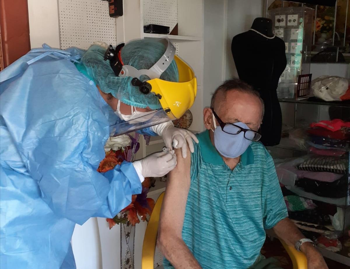 EsSalud Loreto: niños y adultos mayores son vacunados en sus domicilios por brigadas del CAP Punchana