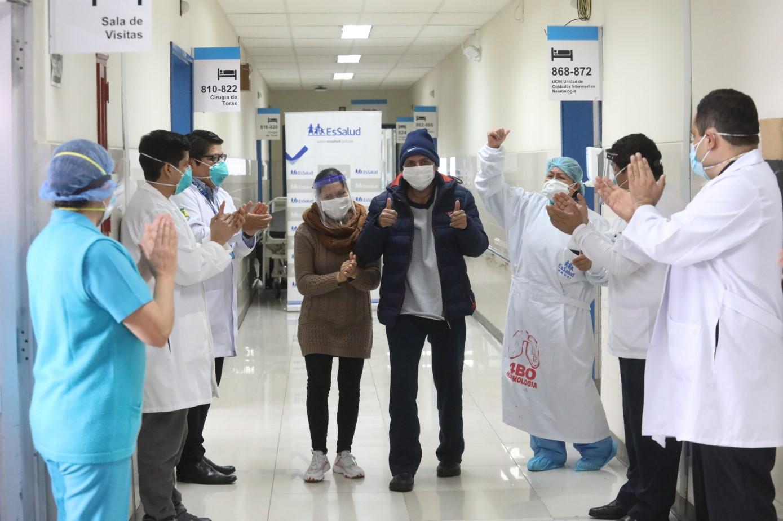 Essalud - Especialistas de EsSalud Almenara reconstruyen esófago y tráquea a médico con secuela de COVID-19