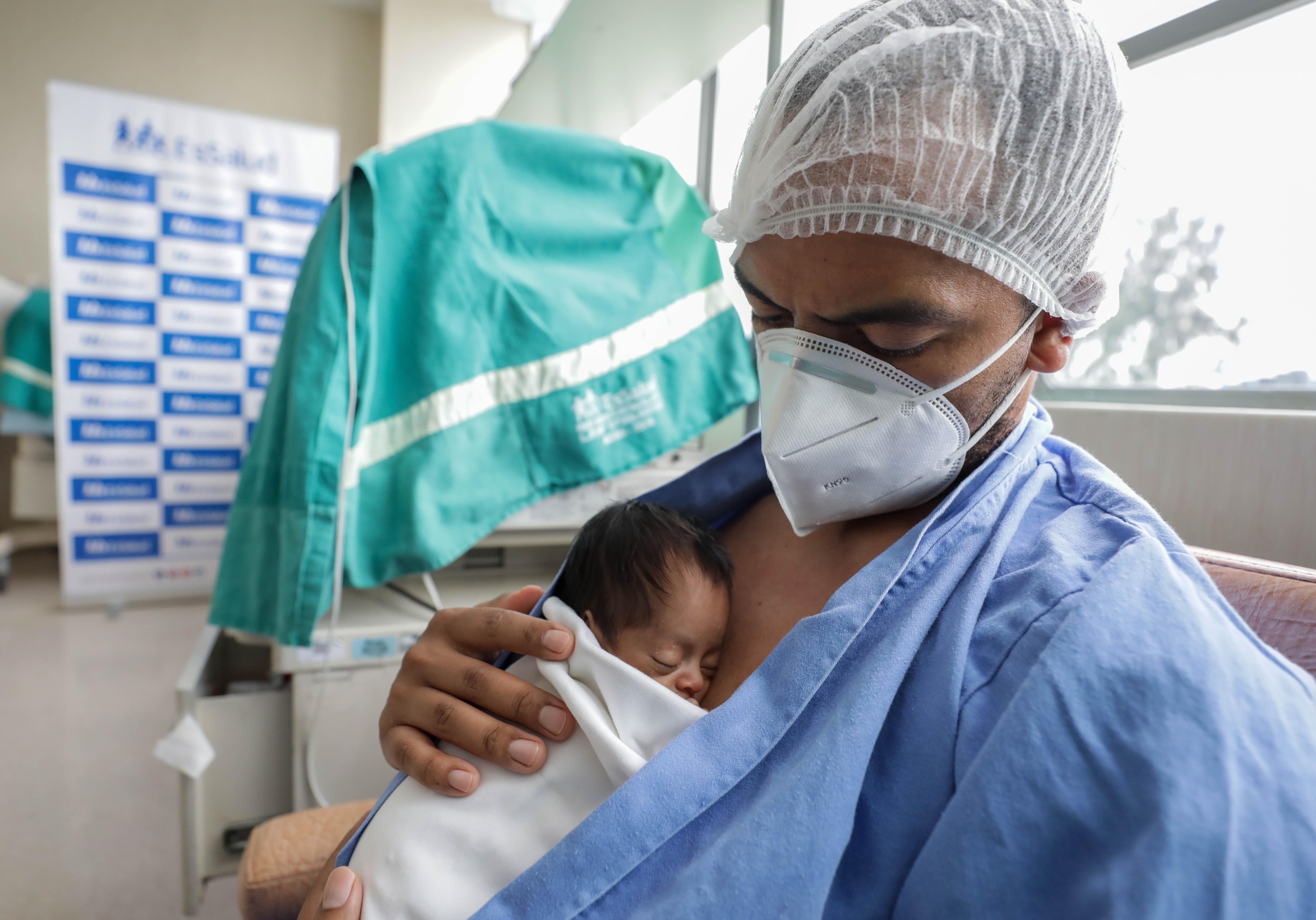 """EsSalud extiende la técnica de """"mamá canguro"""" a papás, hermanos y otros familiares cercanos al recién nacido prematuro"""