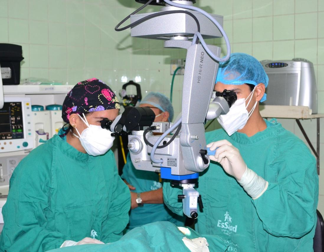 Essalud - Con moderna microcirugía ocular, médicos de EsSalud Lambayeque devuelven la vista a paciente