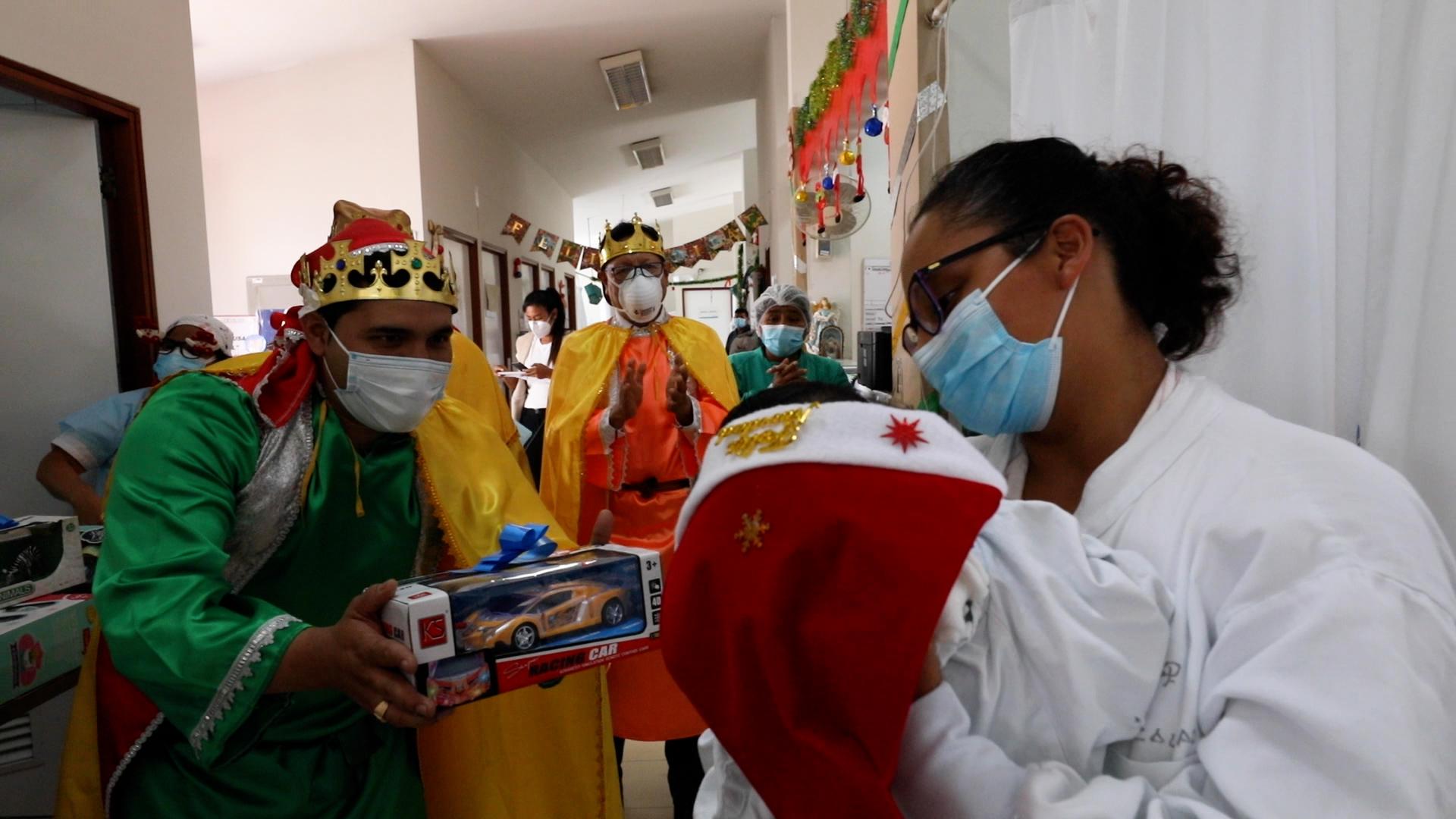 Héroes en primera línea de EsSalud llevaron alegría a sus pacientes en festividad de Bajada de Reyes