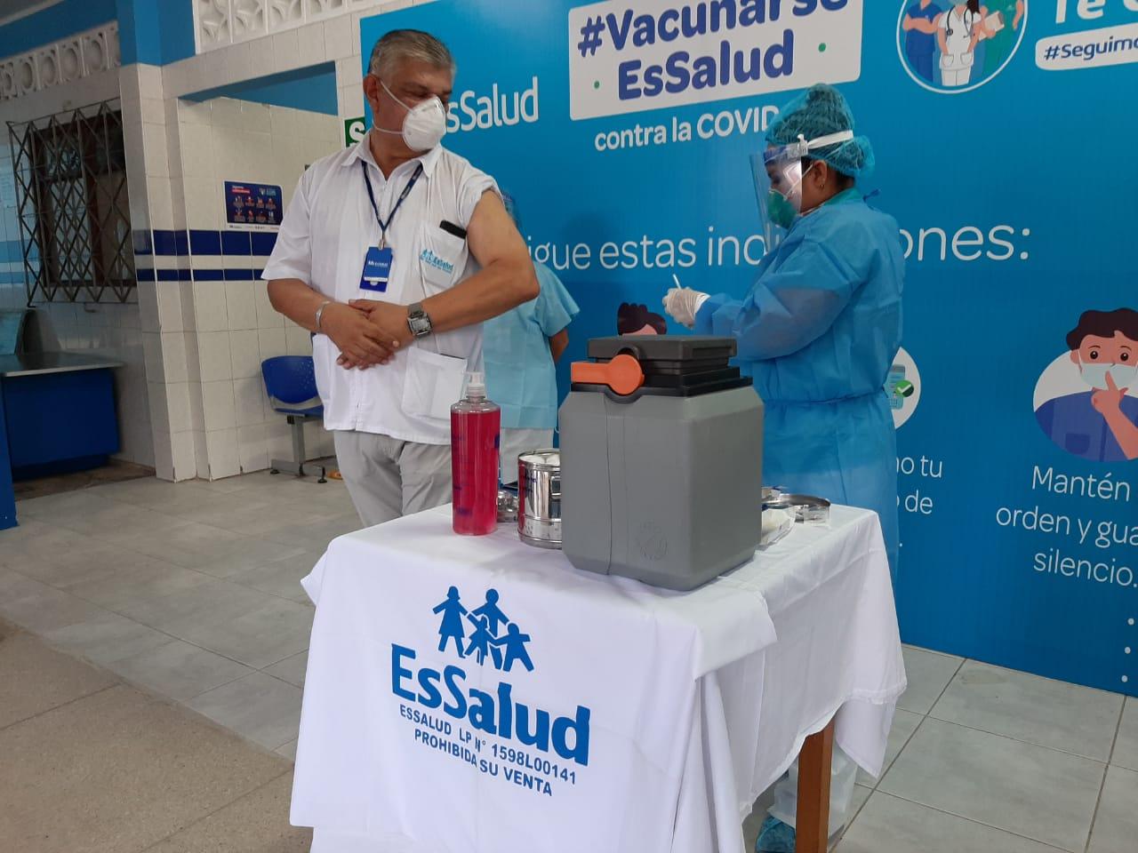 Essalud - EsSalud Loreto: médico que lideró en Iquitos la batalla contra Covid-19 recibió primera dosis de vacuna
