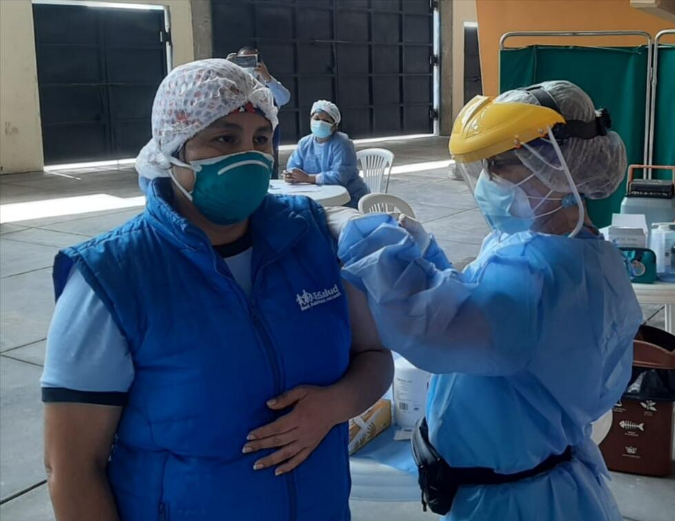 Essalud - En EsSalud Áncash vacunan contra la Covid-19 a personal del Hospital I – Cono Sur
