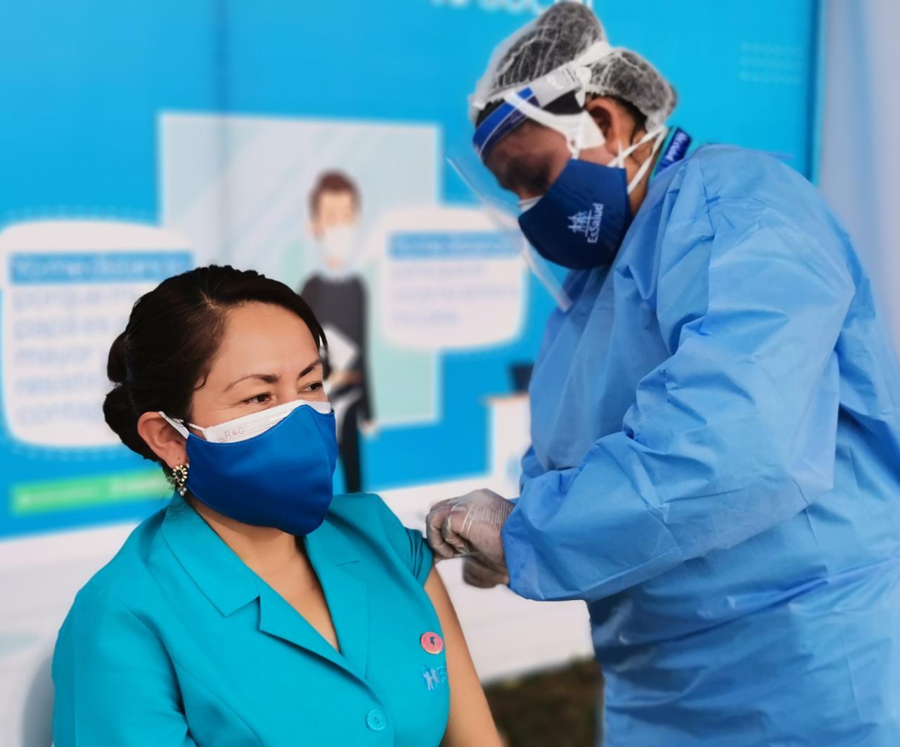 Essalud - EsSalud Ayacucho inmuniza contra la Covid-19 a personal de primera línea de atención