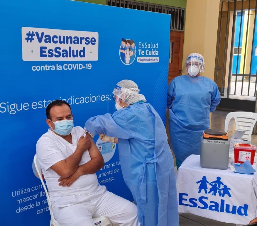 Essalud - EsSalud Lambayeque inició proceso de vacunación contra la Covid-19 al personal asistencial