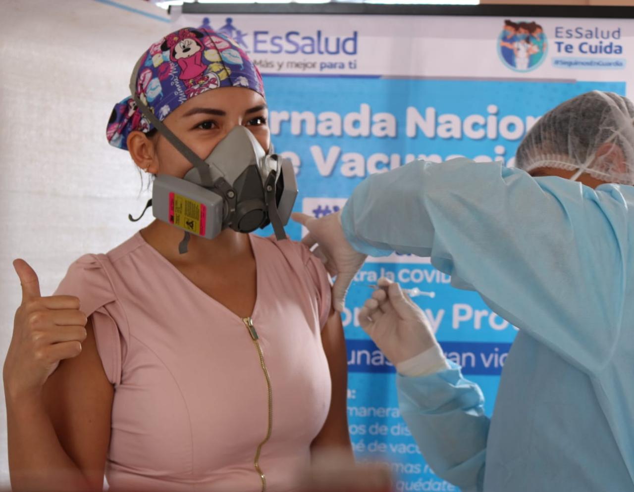 Essalud - EsSalud Huánuco continúa vacunación contra la Covid-19 al personal de salud
