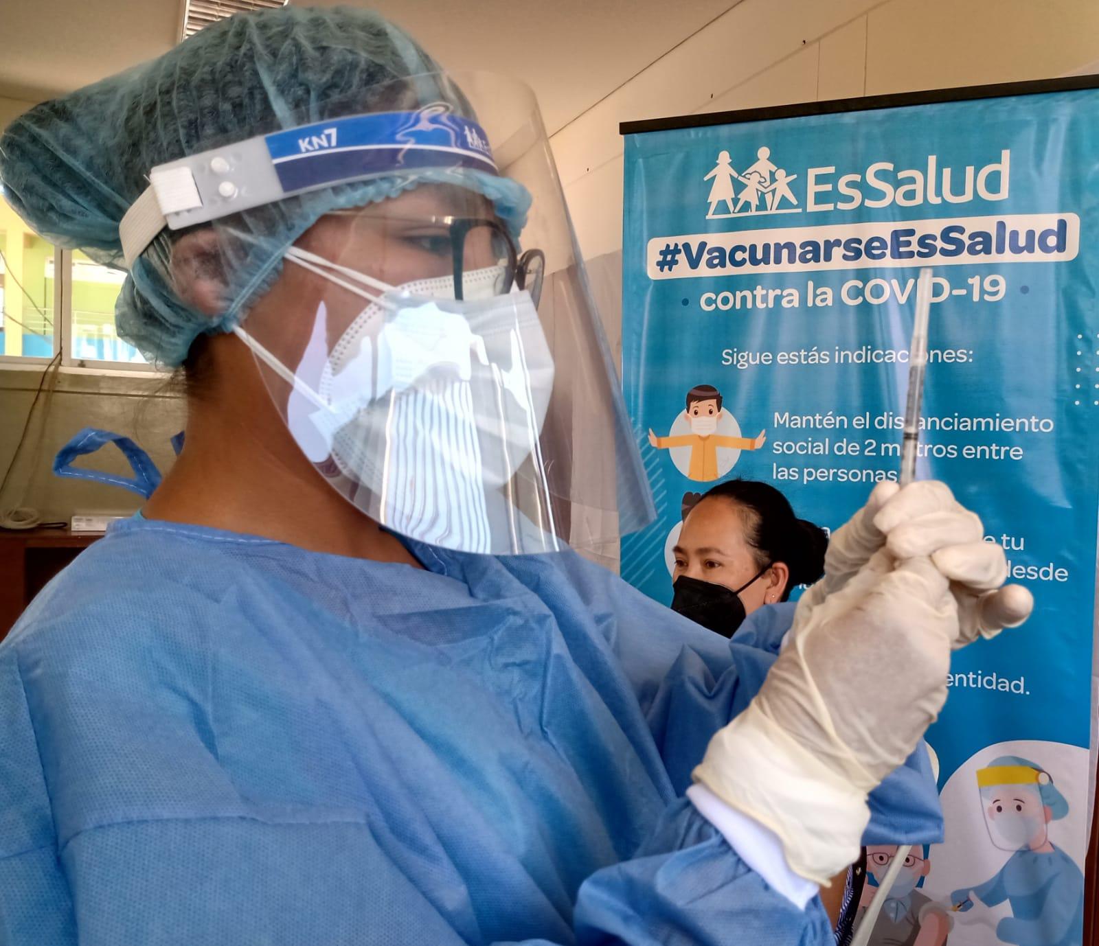 Essalud - EsSalud Lambayeque inmunizó a 1705  trabajadores asistenciales en primera fase de vacunación contra la Covid-19
