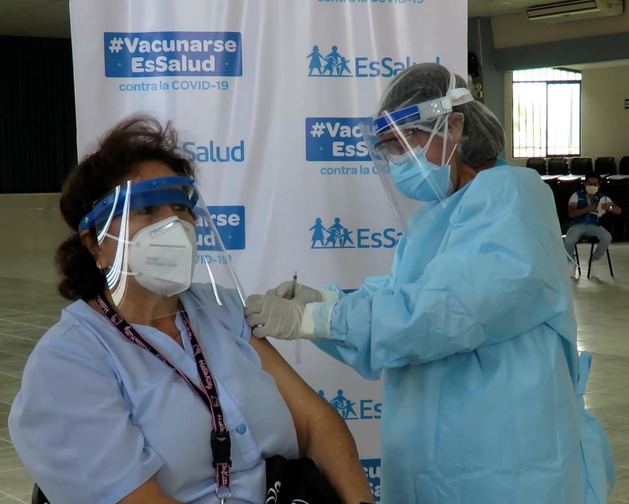 Essalud - Personal de EsSalud en zona de frontera invitan a sus colegas a vacunarse para brindar una mejor atención a sus pacientes