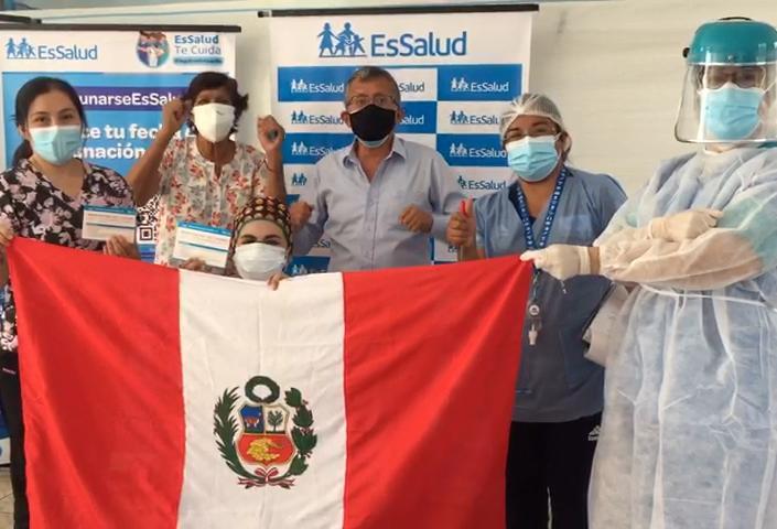 Profesionales de EsSalud Huánuco ponen el hombro y flamean la blanquirroja en el reinicio de las vacunaciones contra el Covid-19