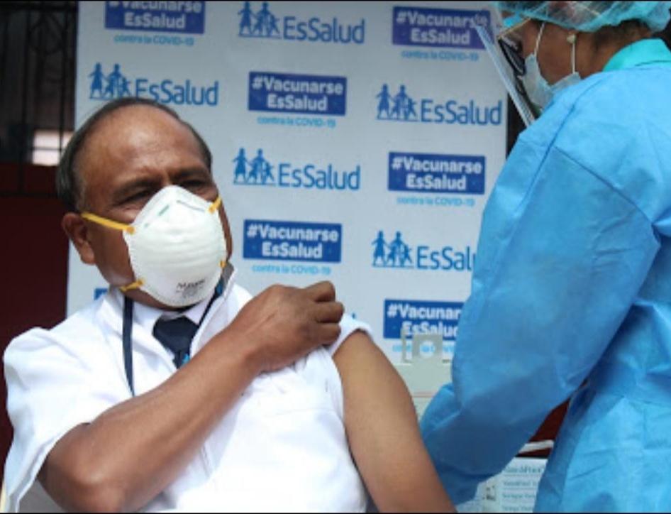 Essalud - EsSalud Puno continúa jornada de vacunación ininterrumpida a su personal