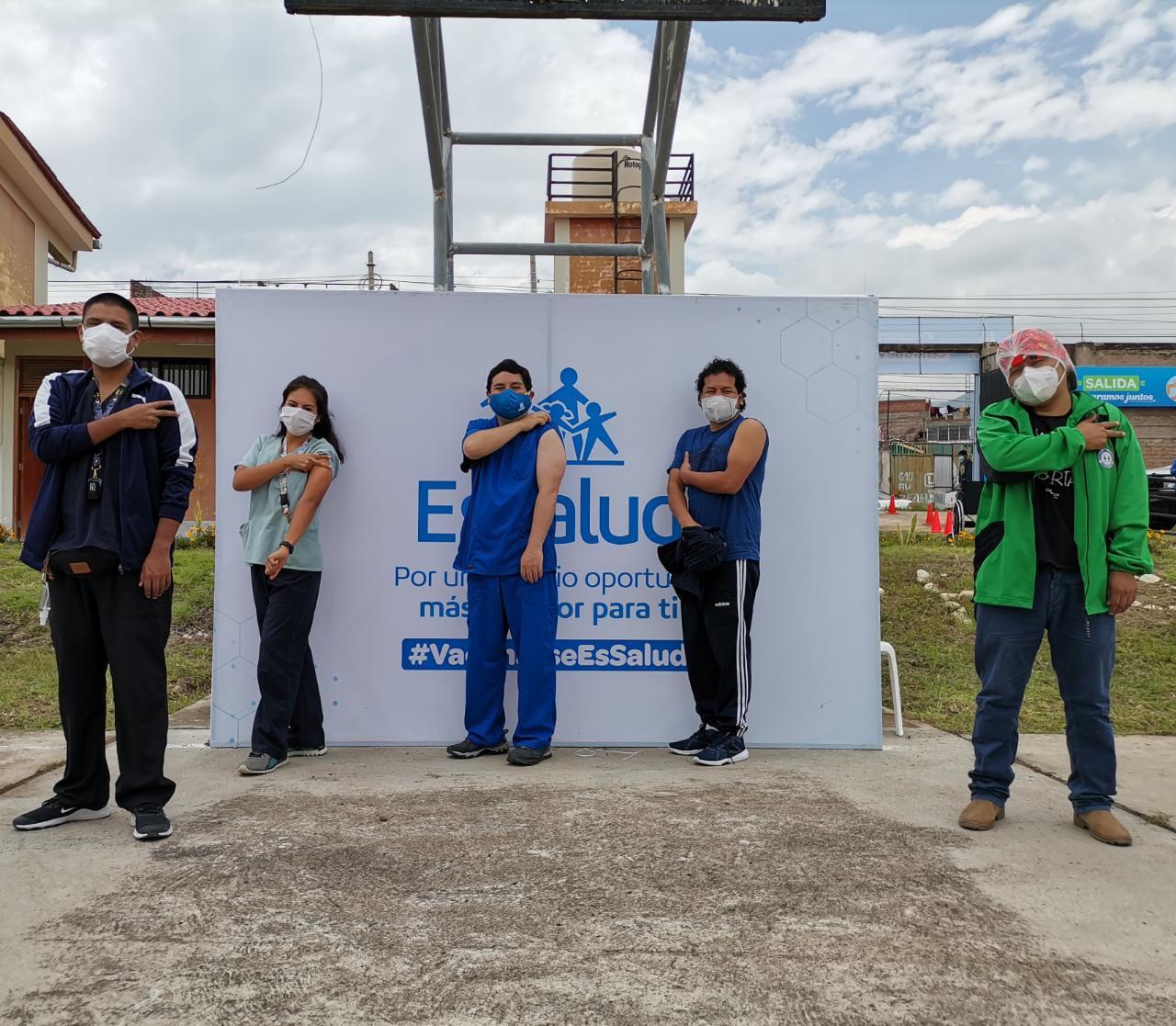 Essalud - EsSalud Cusco aplica segunda dosis de la vacuna contra la Covid-19 a todo su personal asistencial