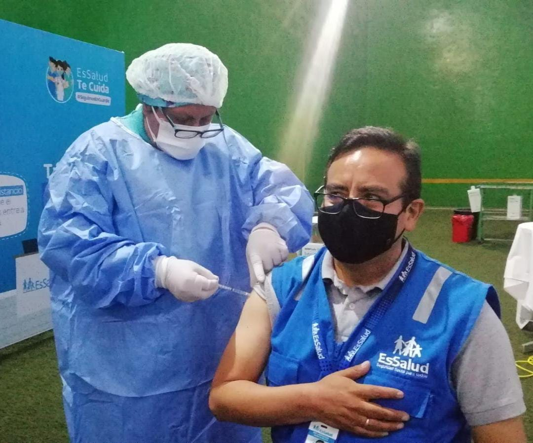 Essalud - EsSalud Huancavelica inicia inmunización de su personal en primera línea, con segunda dosis de la vacuna de Sinopharm