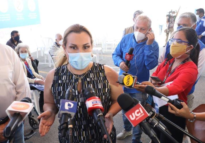 Presidenta de EsSalud aclara dudas sobre  vacunación a adultos mayores