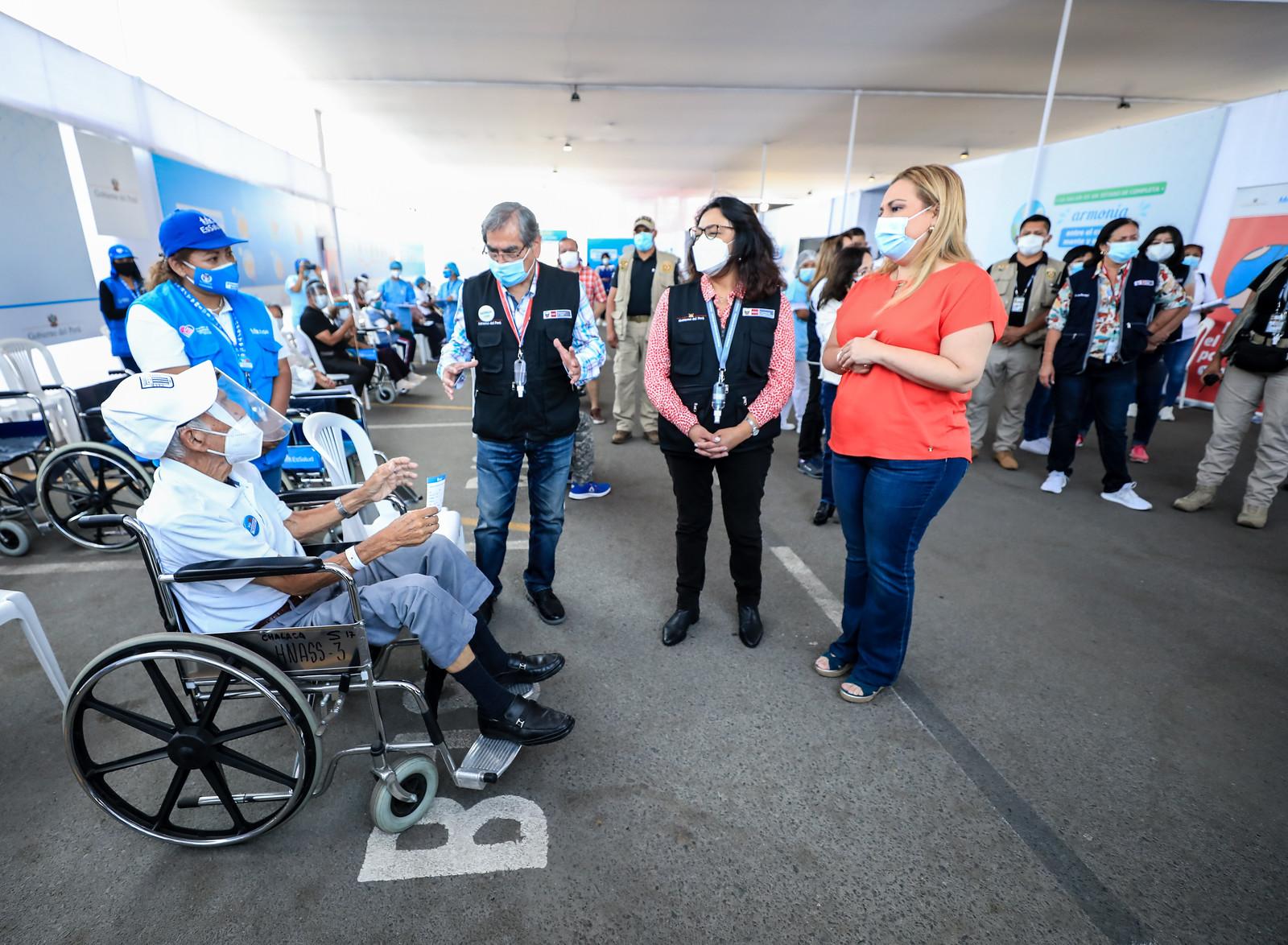 Essalud - Premier Violeta Bermúdez, Ministro de Salud Oscar Ugarte y Presidenta Ejecutiva de EsSalud Fiorela Molineli supervisaron la inoculación en el vacunatorio Parque de las Leyendas
