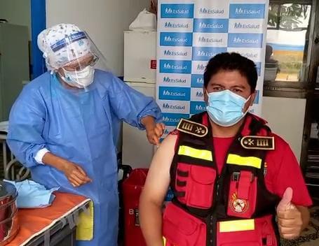EsSalud inoculó la primera dosis contra la Covid-19 a cerca de 100 bomberos voluntarios de Áncash