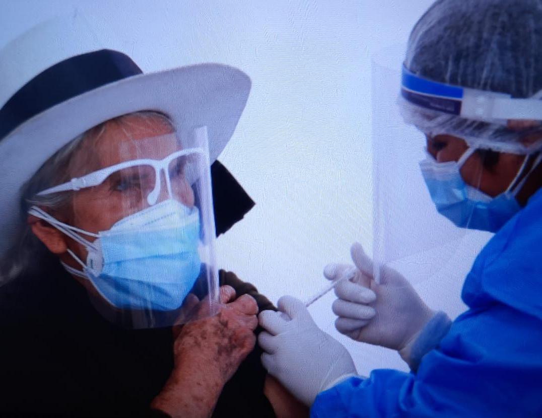 Vacunatorios de EsSalud Piura y Apurímac inician inmunización contra el Covid-19 a adultos mayores de 80 años