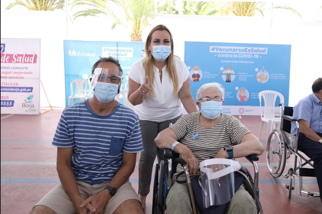 Presidenta de EsSalud supervisó proceso de vacunación a adultos mayores en el local del polideportivo de San Borja