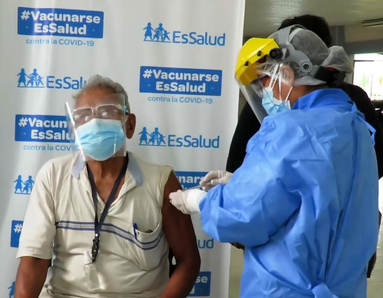 Essalud - Adultos mayores tumbesinos dedican tradicionales versos de la zona al personal de EsSalud tras recibir vacuna contra Covid-19