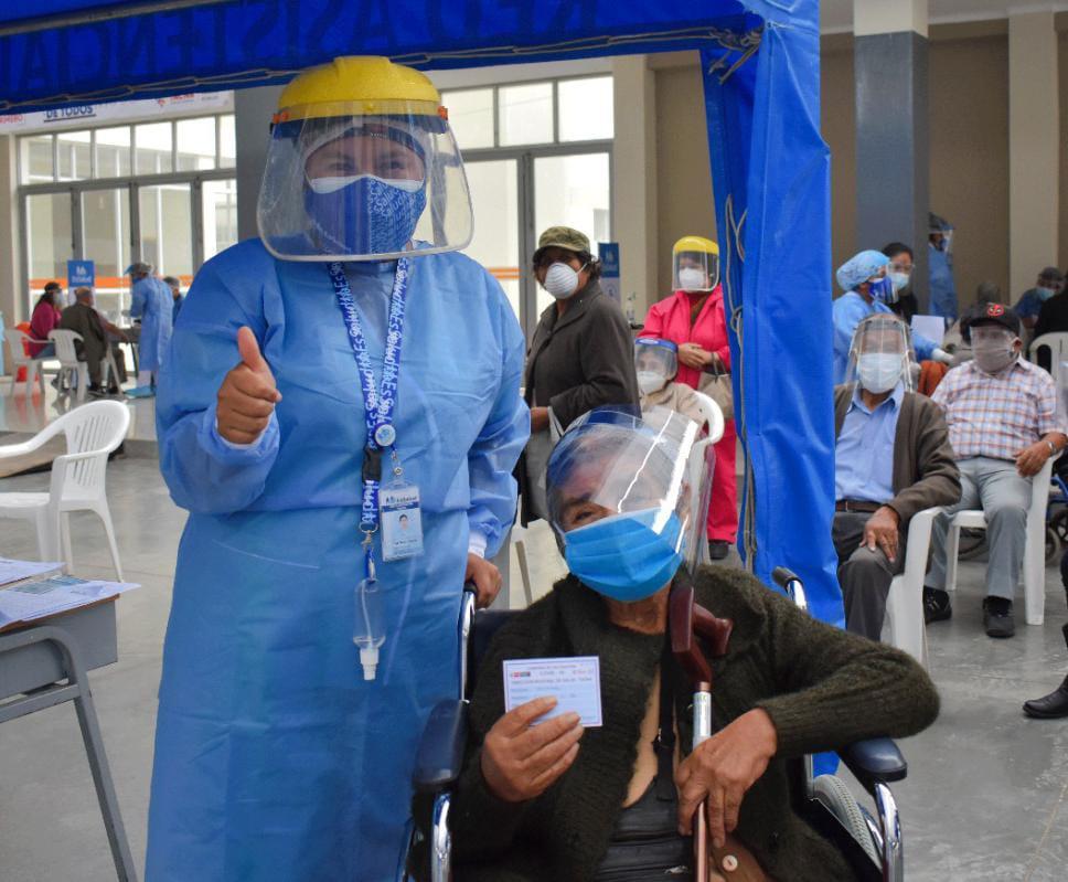 Essalud - EsSalud Tacna inició inmunización en adultos mayores de 80 años a más