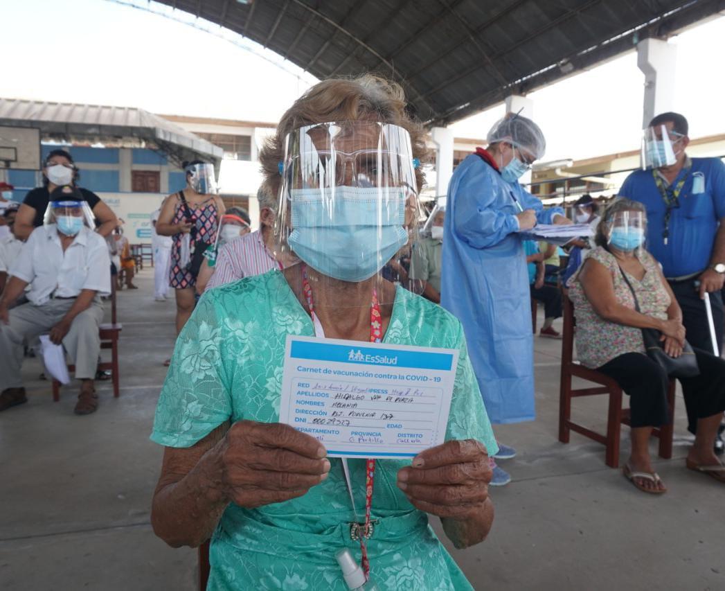 Essalud - EsSalud Ucayali vacunó contra la Covid-19 a más de 1,700 mujeres mayores de 70 años