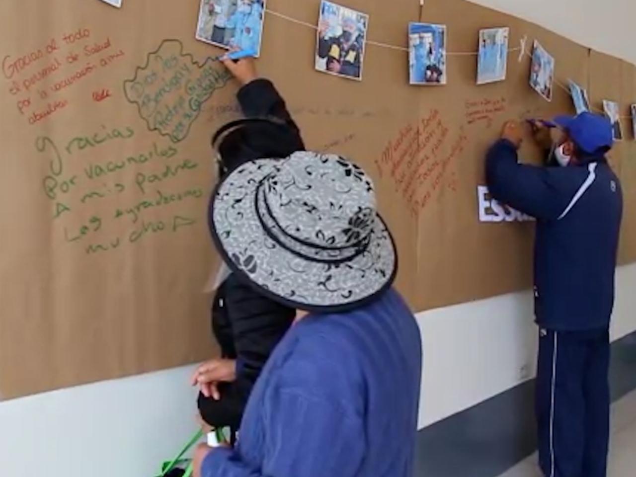 Essalud - EsSalud Tacna: adultos mayores dejan mensajes de gratitud en «Mural de la esperanza» tras ser vacunados contra la Covid-19
