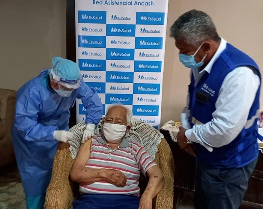 Essalud - EsSalud: Tatarabuelo de 100 años fue el primer vacunado contra la Covid-19 en su domicilio por el Padomi en Áncash