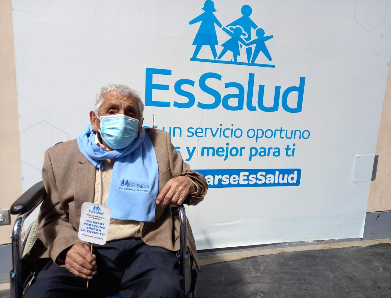 Essalud - Tatarabuelo de 102 años recibe segunda dosis contra la Covid-19 y lo hace al ritmo del carnaval cajamarquino