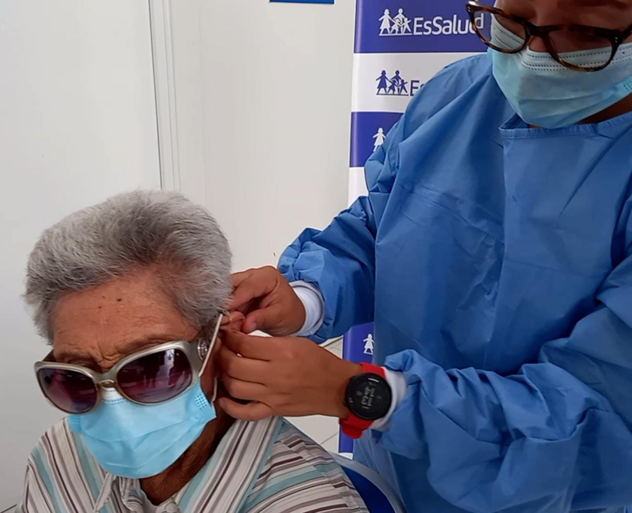 Essalud - EsSalud Moquegua: adultos mayores vencen al Covid-19 y recuperan la audición tras recibir audífonos especiales