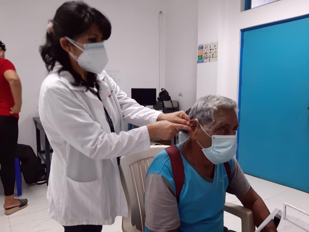 EsSalud Loreto entregó 36 audífonos medicados a pacientes con discapacidad auditiva