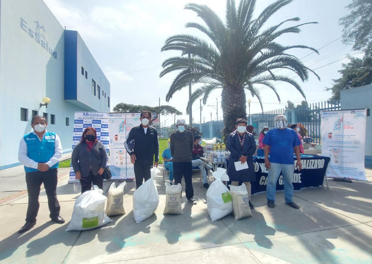 Essalud - EsSalud La Libertad entregó canastas a más de 100 pacientes que son parte de la estrategia sanitaria contra la tuberculosis