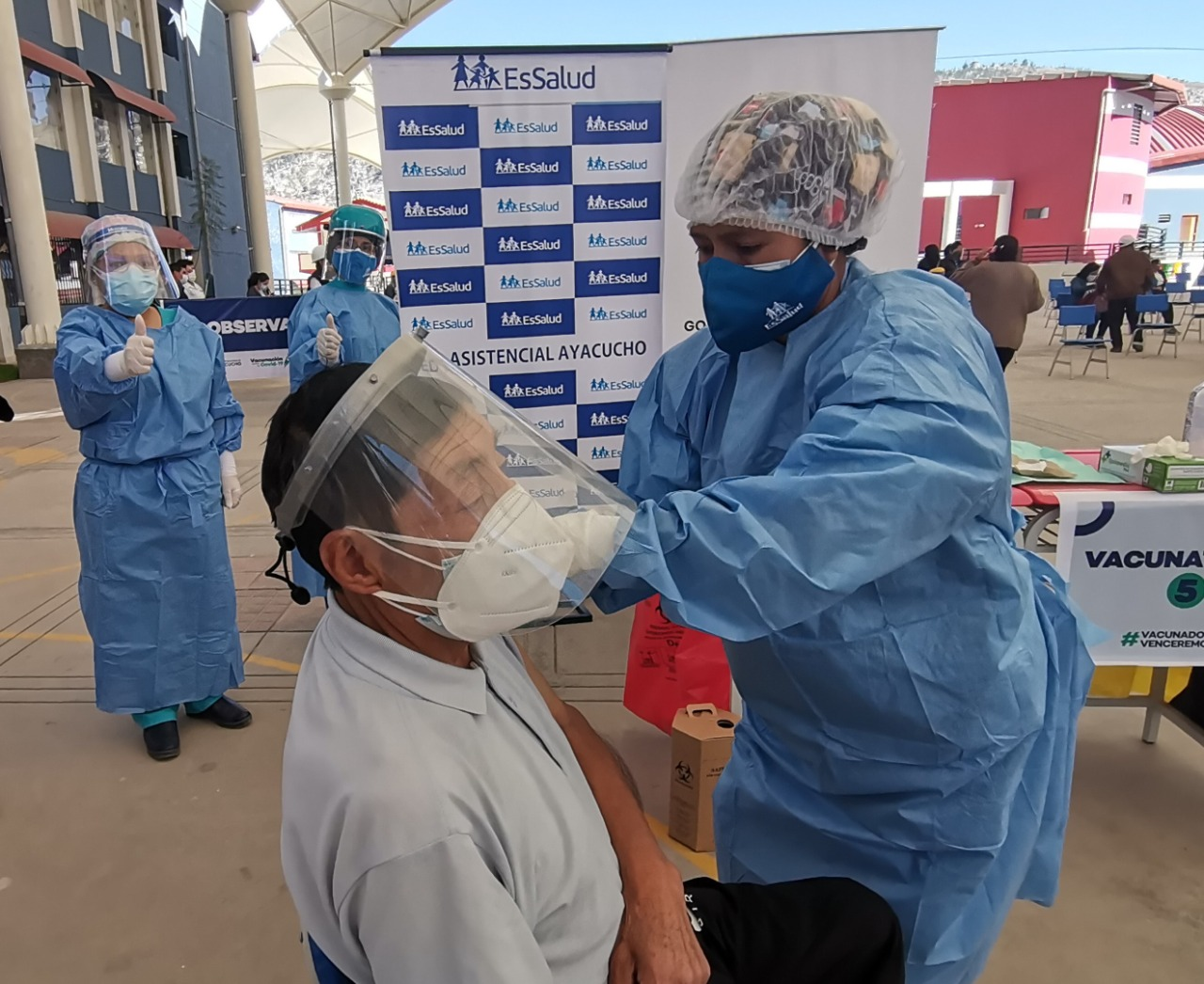 Essalud - EsSalud Ayacucho brinda atención, en jornada de vacunación, a docentes de zonas rurales