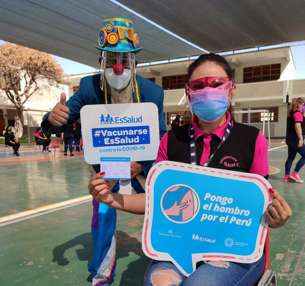 EsSalud Tacna: a ritmo de música de los 90's promoción de exalumnos de colegios esperaron sus ansiadas dosis contra la Covid-19 en vacunatorio del Seguro Social