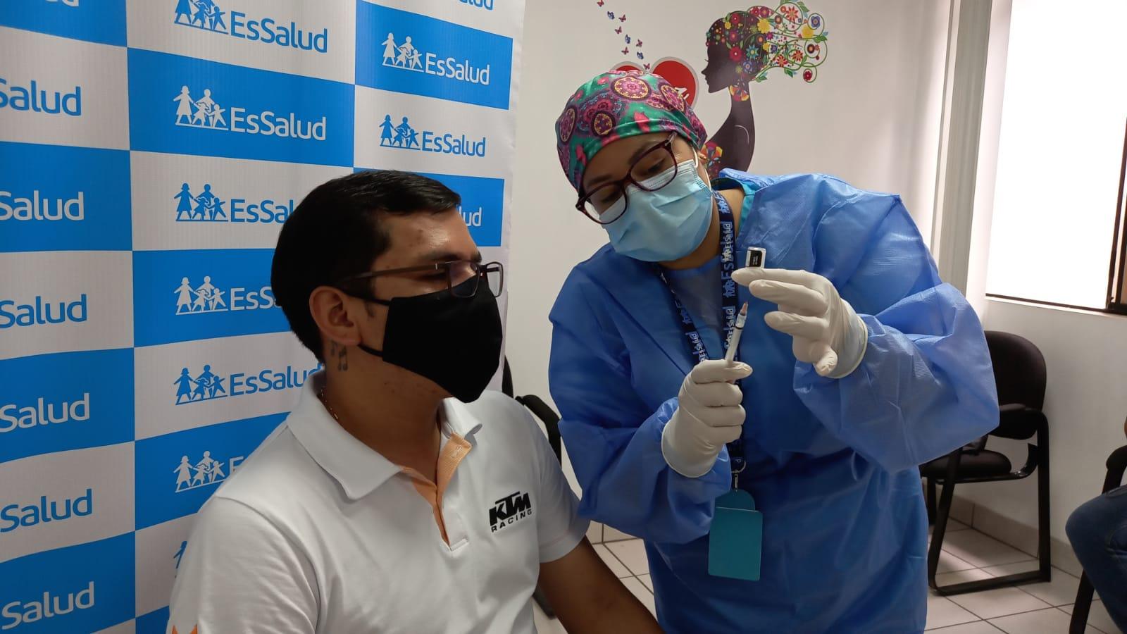 EsSalud acude a centros laborales y vacuna contra el Covid-19 a trabajadores de Tarapoto