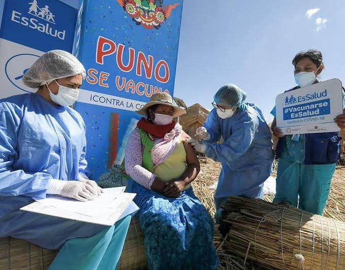 Essalud - EsSalud vacuna contra la Covid-19 a pobladores de las islas Los Uros en Puno