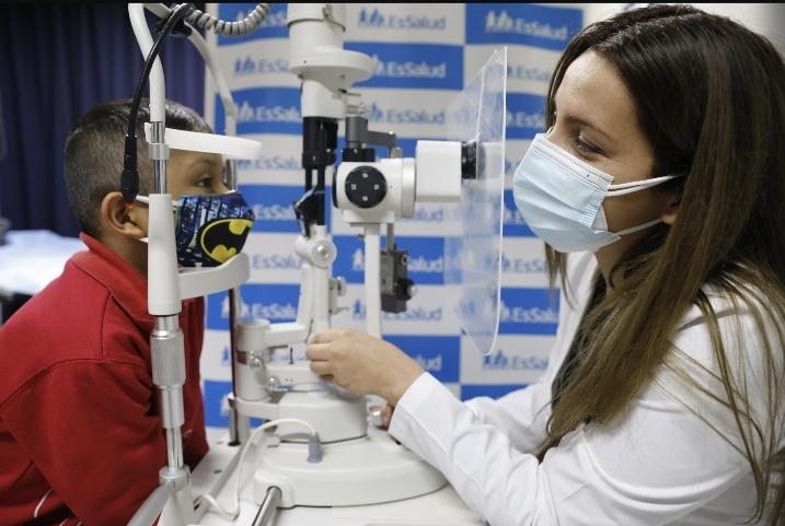 Essalud - Niño de 7 años supera cáncer ocular con innovador tratamiento aplicado por médicos de EsSalud