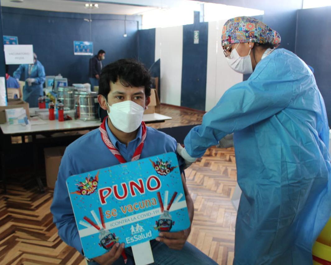 Essalud - EsSalud Puno: más de mil personas fueron vacunadas contra la Covid-19 en el primer día de vacunación de ciudadanos de 20 años a más