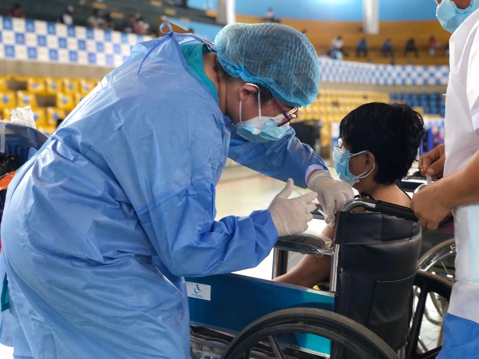 EsSalud Ucayali inicia vacunación para mayores de 18 años de edad y rezagados