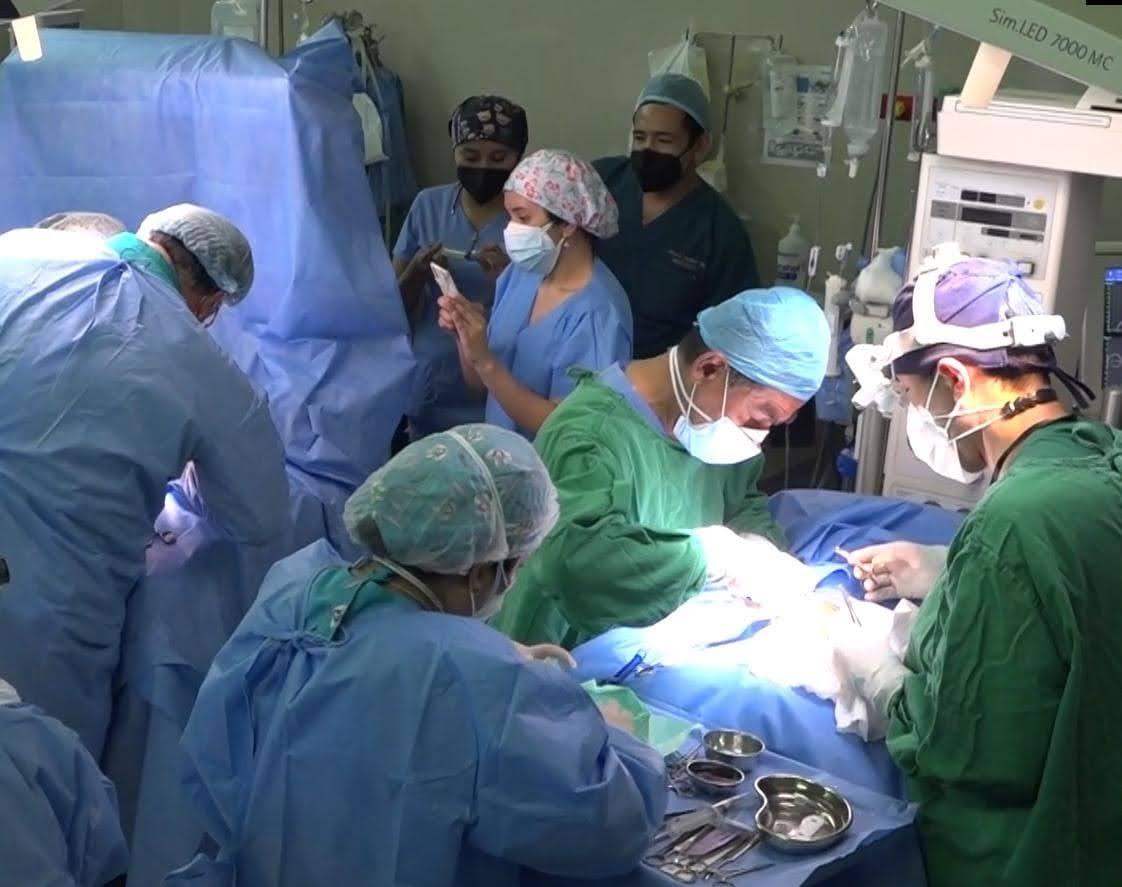 Especialista de EsSalud reconstruyó piel de siameses separados en Arequipa