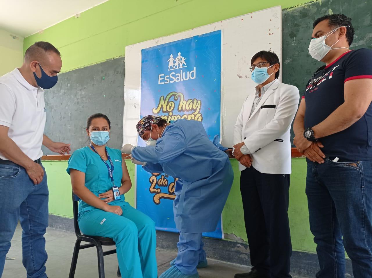 EsSalud Lambayeque coloca dosis de refuerzo a personal asistencial