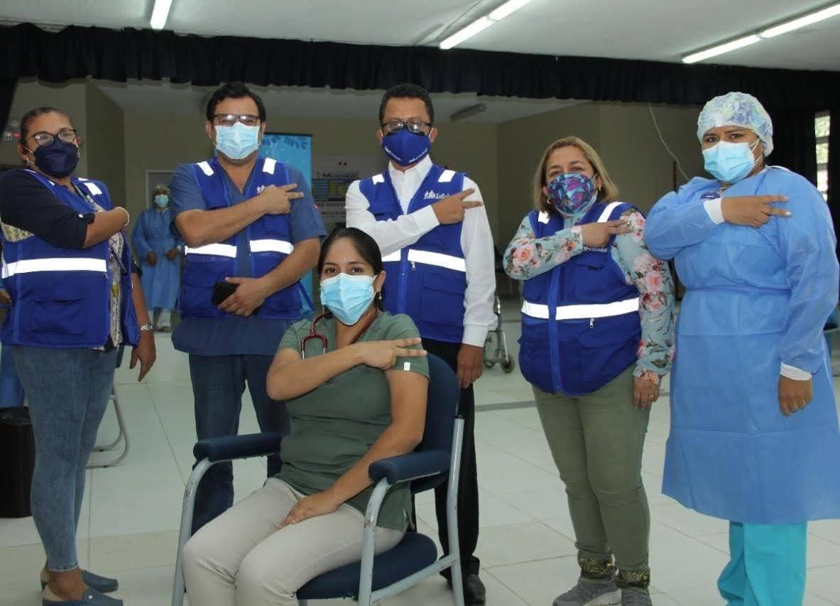 Essalud - Asistenciales de EsSalud Piura reciben tercera dosis de vacuna contra Covid-19