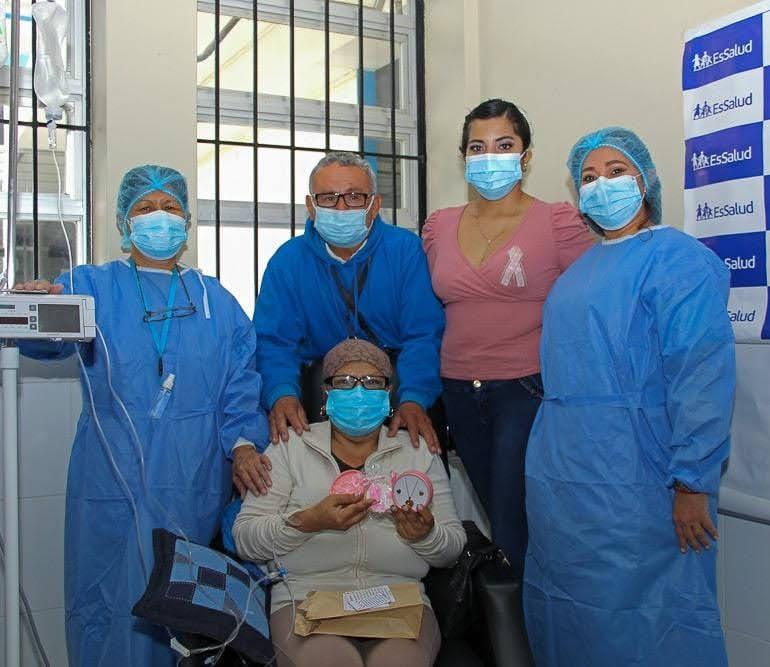 Essalud - EsSalud Piura: reina de belleza visitó a pacientes oncológicos