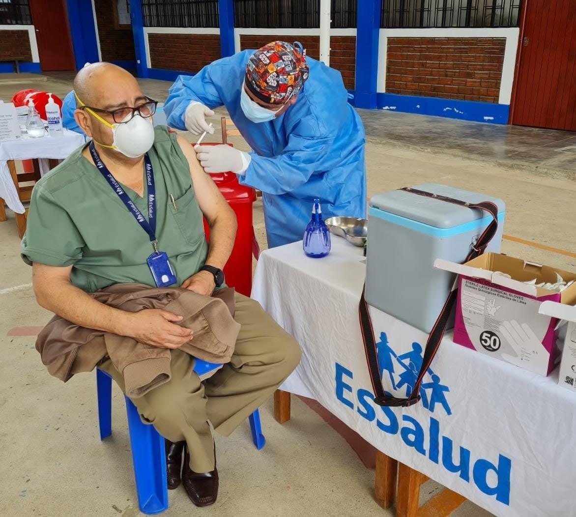 EsSalud Amazonas aplica dosis de refuerzo a personal de salud